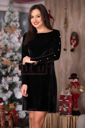 Rochie neagra din catifea cu perle albe pe maneciROCHII