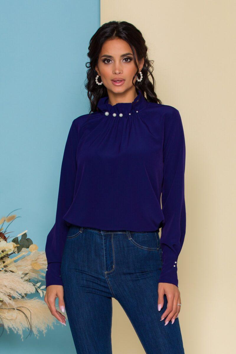 Bluza  bleumarin cu guler inalt accesorizat cu perle
