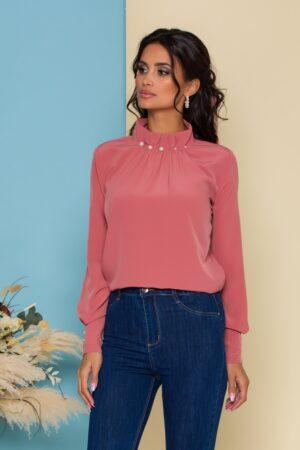 Bluza  roz coniac cu guler inalt accesorizat cu perle