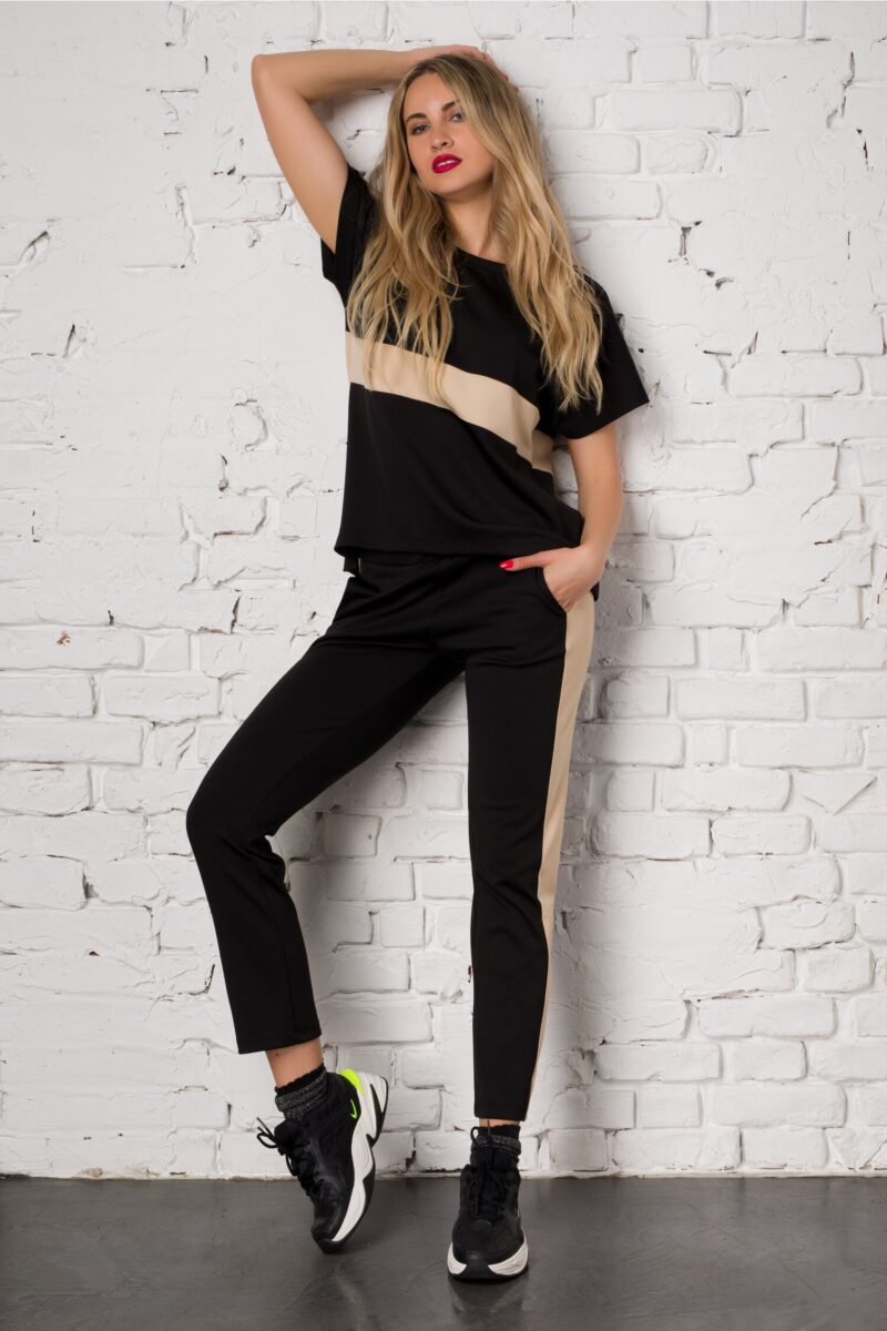 Costum sport negru cu insertie bej alcatuit din top si pantaloni