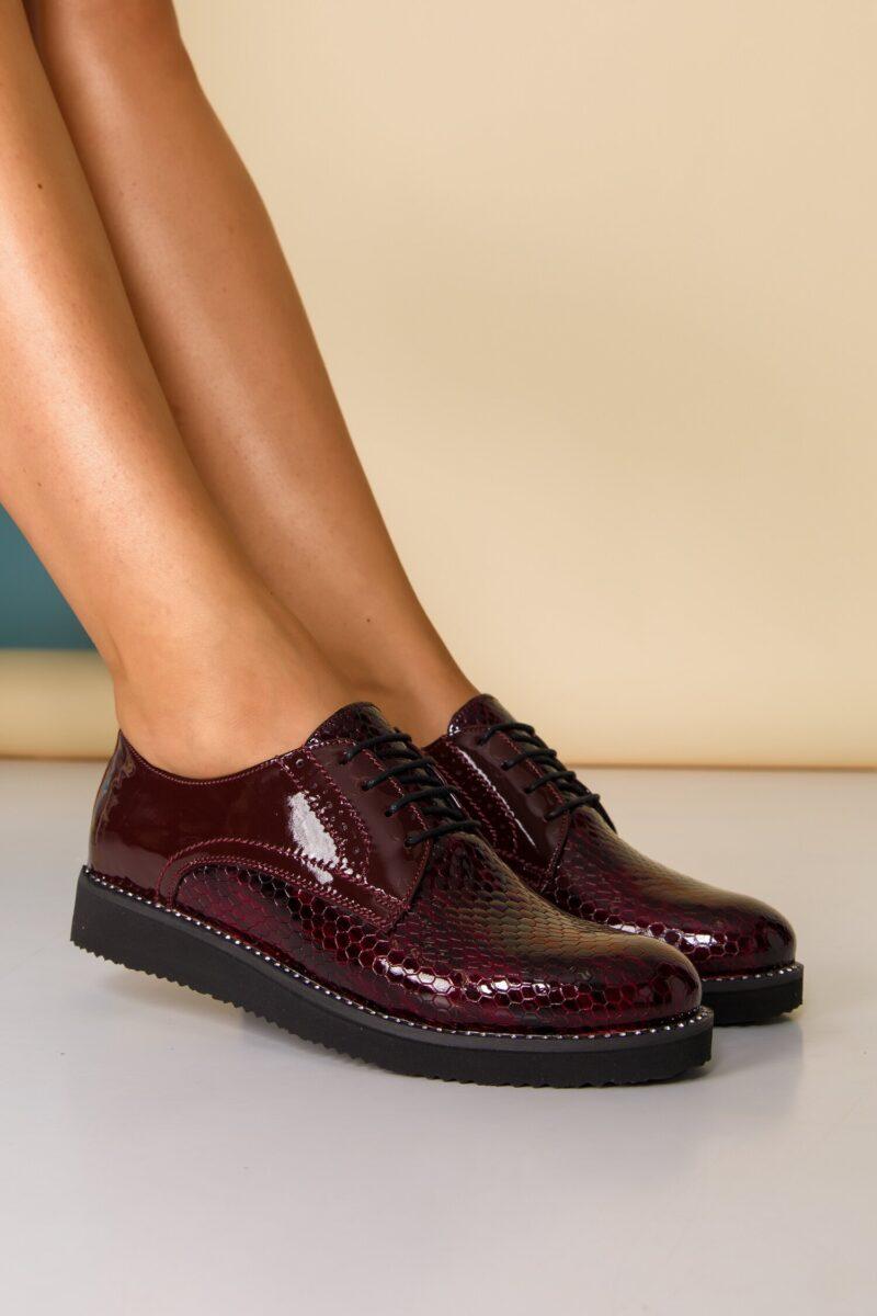 Pantofi  bordo cu strasuri pe talpa si inchidere cu sireturi