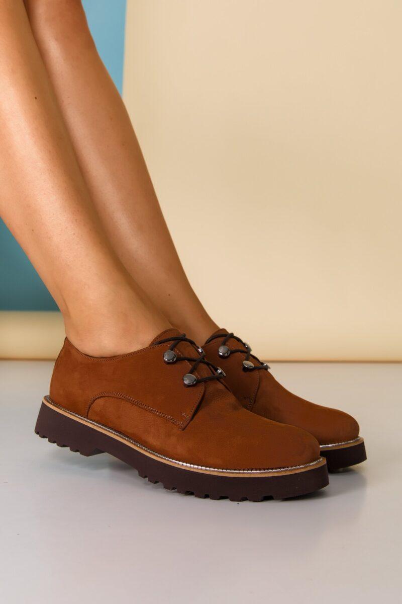 Pantofi  maro cu detalii argintii pe talpa si inchidere cu sireturi