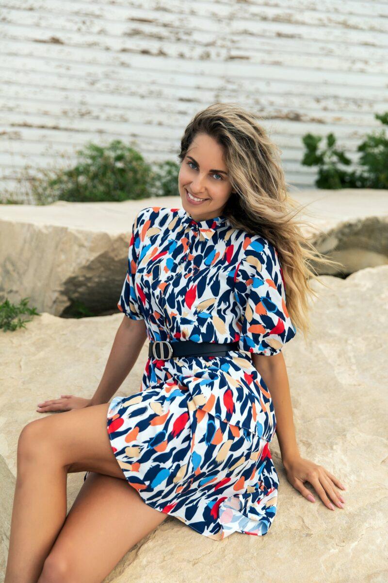 Rochie alba cu imprimeuri diverse bleumarin si volanase pe fusta