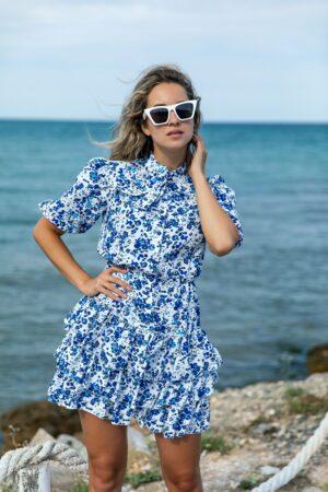 Rochie alba cu imprimeuri florale albastre si volanase