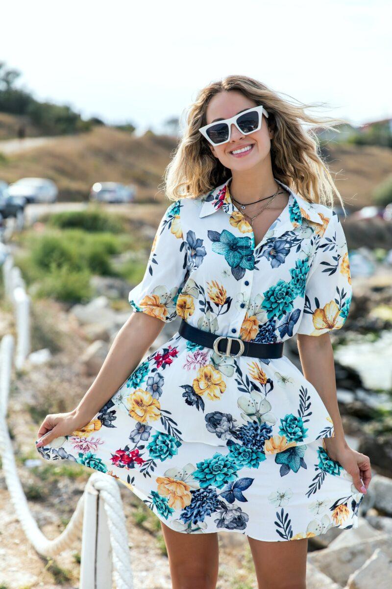Rochie alba cu imprimeuri florale turcoaz si volanase pe fusta