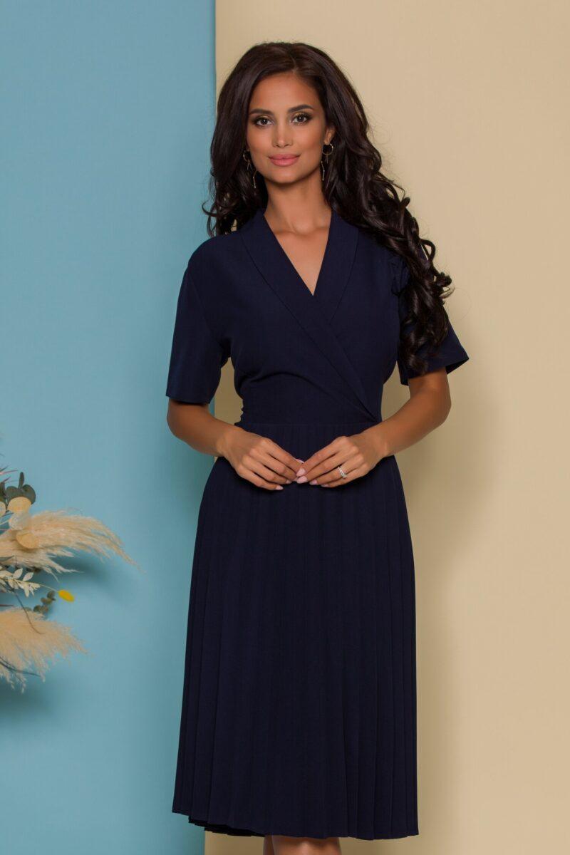 Rochie bleumarin plisata cu trandafir la bust si manecile scurte