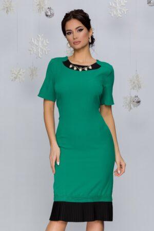 Rochie verde cu negru si accesorii la baza gatului
